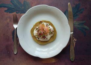 placki z cukinii z łososiem i sosem czosnkowym